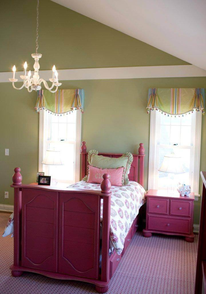 Fashionable teen bedroom decor